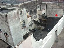O galpão que abrigava o acervo Romão, com o telhado parcialmente danificado (foto: Paulo Castagna).