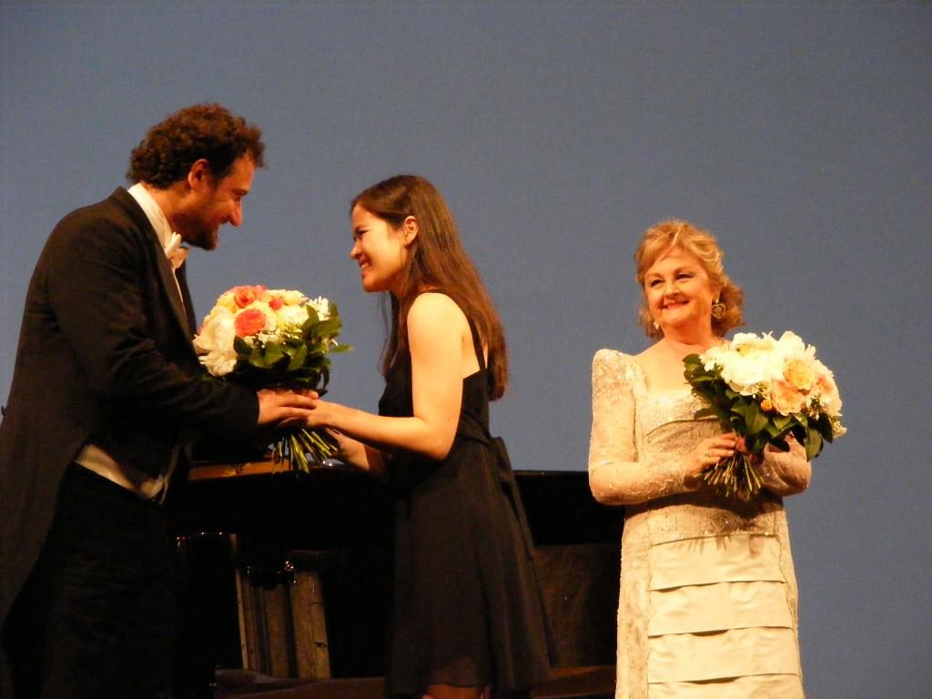 O pianista Peter ValentoviA? e a soprano Edita Gruberova (direita) apA?s recital
