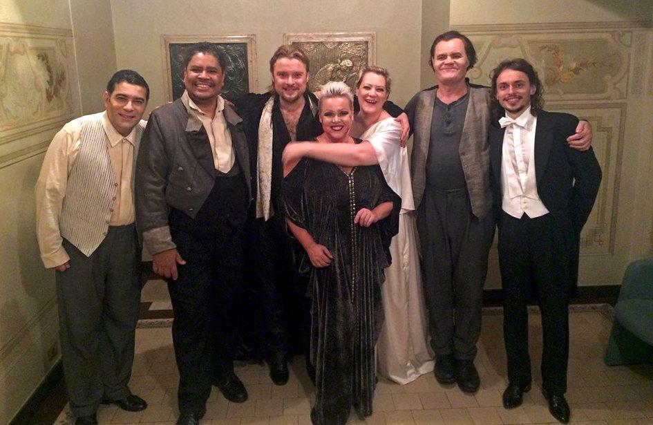 Carlos Eduardo, Luiz-Ottavio, Viktor, Johanna, Natalie, Johmi e o maestro Eduardo nos bastidores