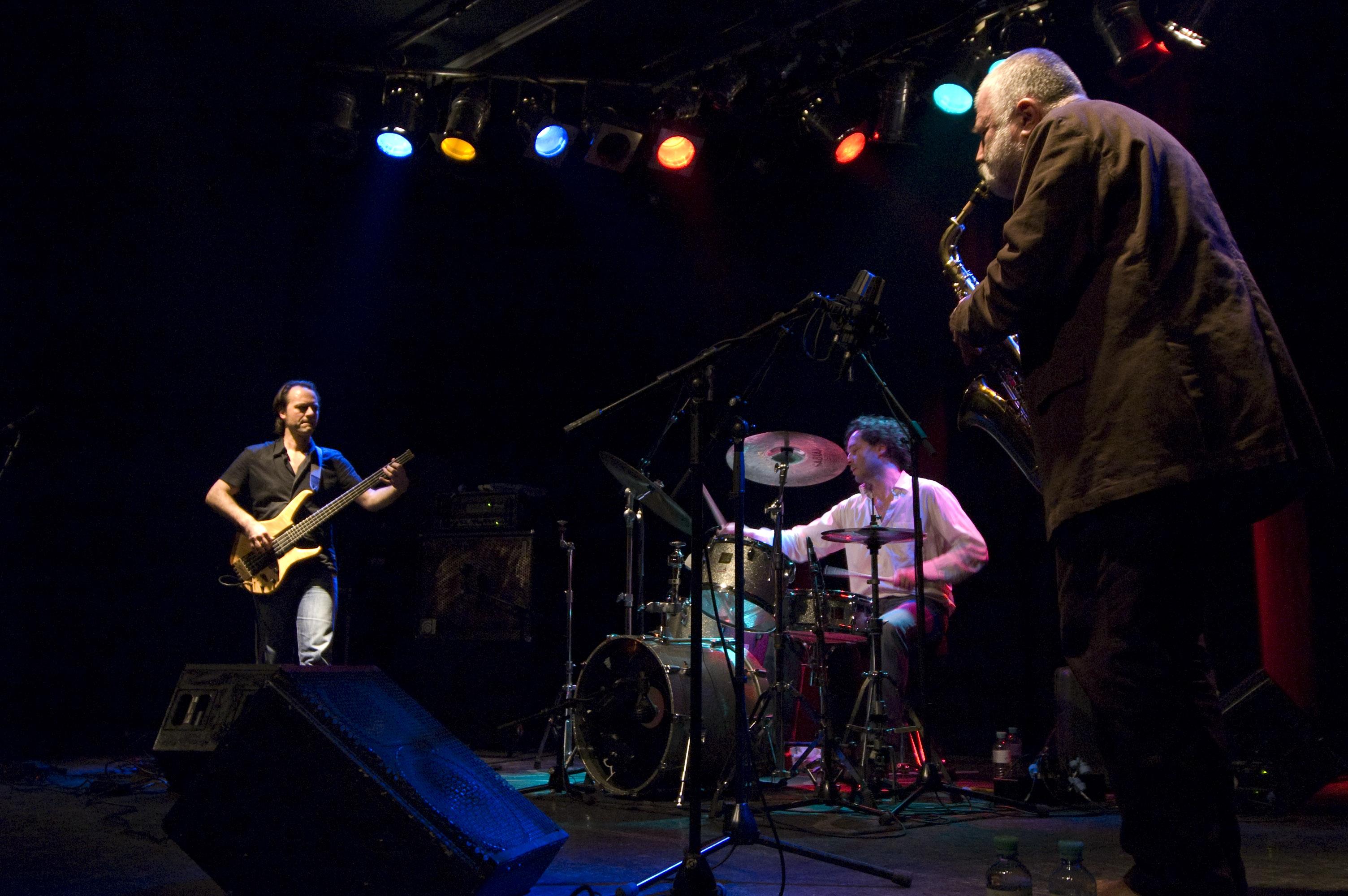 Grupo Full Blast: Peter Broetzmann (sax) , Michael Wertmueller (nateria) e Marino Pliakas (baixo) (Foto: Hannes Reisinger)